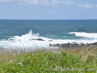 角島、牧崎風の公園の岩に砕ける波・・・