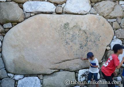 鉄御門前の石垣に・・・ 「勘兵衛石」と名づけられている