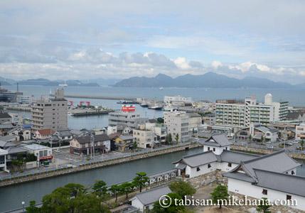 天守閣から武具櫓・鉄御門方面・・・ 遠方にしまなみ海道の来島海峡大橋が・・・