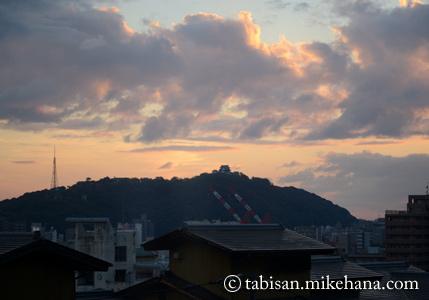 ホテルの窓から松山城の夕景を・・・ 豆粒ほどにしか見えないが・・・